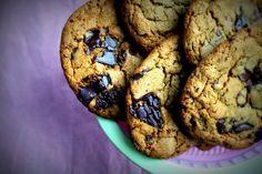 Bagt og smagt! Og de er seriøst lækre! Næste gang har jeg dog tænkt mig at tilføje nogle hakkede hasselnødder. Og så er jeg ikke sikker på, at det rigtigt er nødvendigt at stille dejen i køleren i en time.  Must bake: Verdens bedste chocolate chip cookies!