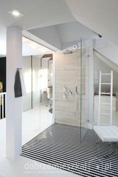 Przeszklona kabina prysznicowa. Nietypowe , ekstrawaganckie rozwiązanie optycznie powiększa przestrzeń