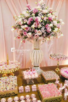 Detalhe do arranjo da mesa de bolo e doces