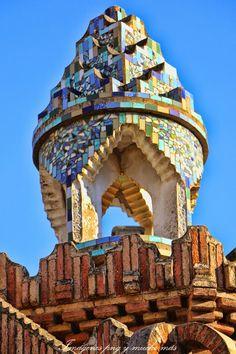 Imágenes y un poco de historia para interpretar mejor la obra de Gaudí en los Pabellones Güell en Barcelona… Antonio Gaudi, Red Houses, Empire State Building, Architectural Sculpture, Interesting Buildings, Cute House, Architecture Details, House Colors, Indoor Outdoor