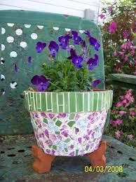 Mosaic flower pot, wanna make sometime Mosaic Planters, Mosaic Garden Art, Mosaic Vase, Mosaic Flower Pots, Mosaic Tiles, Planter Pots, Pebble Mosaic, Flower Pot Crafts, Clay Pot Crafts