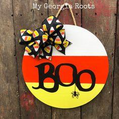 Items similar to Boo Halloween sign, Front door, round sign, Halloween on Etsy Halloween Wood Crafts, Halloween Wood Signs, Halloween Door Hangers, Fall Door Hangers, Halloween Boo, Fall Crafts, Holiday Crafts, Wooden Door Signs, Wooden Door Hangers