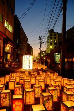 新潟市本町通で行なわれた千灯まつりにて 日暮れ後のマジックアワーの空を背景にして、住民手作りの灯籠が川の流れのように並べられていて天の川のようだった。