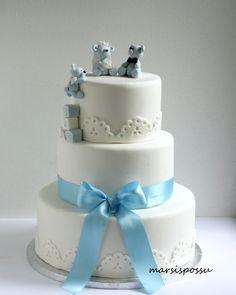Kakku hää- ja kastetilaisuuteen. Täytteenä vaaleassa kakkupohjassa vadelma- ja vaniljamousse. Kakun pinta Satin Icea. Koristeet sokerimas...