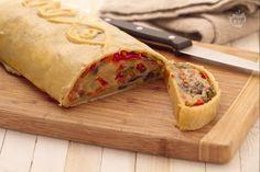 Lo strudel di verdure è una preparazione salata a base di pasta brisè ripiena di verdure miste.