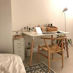 6 creative tips on how to make a small bedroom look larger 7 Study Room Decor, Room Ideas Bedroom, Bedroom Decor, Decor Room, Room Interior, Interior Design, Design Room, Deco Studio, Style Deco