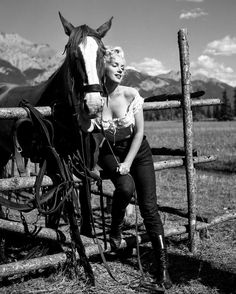 """talesfromweirdland: """" Marilyn Monroe on the set of her 1954 film, River of No Return. I remember being 7 or so, and dropping in on my grandfather one day. He was always watching old movies, and on TV. Marylin Monroe, Style Marilyn Monroe, Marilyn Monroe Fotos, Marilyn Manson, Classic Hollywood, Old Hollywood, Hollywood Actresses, Bicicletas Raleigh, Stars D'hollywood"""