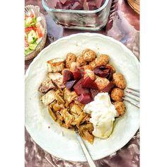 Annelerin evine gelince sizin de tabağınız açık büfede herseyi dolduranların tabağı gibi oluyo mu😂  Neyseki sağlıklı hepsi o açıdan sorun yok 🤗 afiyetle yedim🤗  Ögle yemeği yiyemeyince akşami erkene çekip birleştirdim. (16:50) Erken akşam yemeği : ♡3 kaşık zeytinyağlı fasulye🍜 ♡3 kaşık yoğurt🍚 ve pancar🍠 haşlaması👌👍 ♡5 kaşık haşlanmış top bulgur (yağsız sossuz haliyle yedim) Tabiyki #ekmeksiz #nobread 🍞❌ birki parça balık izgara da tattrıldım😂 Aslında normalde balik çok severim ama…
