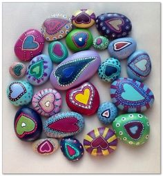 Painting stones: 101 ideas for a beautiful DIY decoration - Painting stones: 101 ideas for a beautiful DIY decoration Informations About Steine bemalen: 101 Ide - Pebble Painting, Pebble Art, Stone Painting, Heart Painting, Garden Painting, Stone Crafts, Rock Crafts, Arts And Crafts, Rock Painting Designs