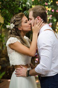 Vestido de noiva modelo cropped + saia, bordado toda na transparência feito pela querida Karen Rodrigues. Foto: Amém Foto e Video