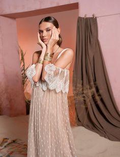 Вдохновением для новой летней коллекции от Alena Goretskaya стала Африка. Это яркая цветовая палитра, смешение стилей, анималистические и этнические принты, натуральные материалы, фурнитура и, конечно же, авторские аксессуары, которые дополнили и завершили образы, ярко отражающие стиль коллекции #alenagoretskaya #аленагорецкая #лето2020 #летнийобразженский #летнийобраз #тренды2020 #мода2020 #летнийобразнаработу #весна2020 #африка #образналето #платье #аксессуары2020 #аксессуары #кружево…