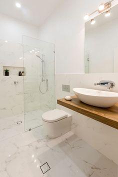 Baño blanco y madera Wet Rooms, Bathroom Interior, Bathroom Decor, Toilet, Living Room Designs, Trendy Bathroom, Round Mirror Bathroom, Home Deco, Bathroom