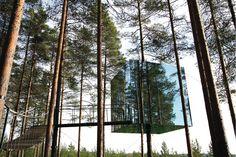 Tree Hotel u mestu Harads, Švedska. Ovaj neobični hotel izgrađen je od lakih materijala. Refleksijom svetlosti sa spoljne strane, kocka se uklapa u prirodni ambijent šume.