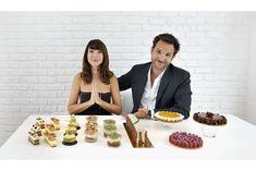 Dans la salle à manger de leur nouvel appartement parisien,  un instant de grâce: Christophe présente à Delphine sa nouvelle collection de gâteaux printemps-été 2013.