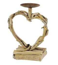 Porte-bougie coeur en bois flotté du Jardin d'Ulysse          Un porte-bougie à la fois raffiné, zen et romantique. Un modèle en forme de coeur, certes, mais qui ne tombe pas dans le cliché ou dans le mauvais goût... Fabriqué dans du bois flotté, il laissera transparaitre votre âme d'écolo !       Les +  : en bois flotté, s'adapte aux bougies de votre choix, prix doux.       Les -  : un peu imposant (dimensions 18x25cm).       Prix  : 10 euros       Achetez-le  sur  Jardin d'Ulysse