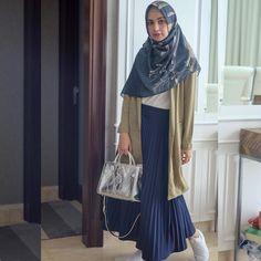 48 Ideas Dress Hijab Motif For 2019 Street Hijab Fashion, Muslim Fashion, Modest Fashion, Skirt Fashion, Fashion Dresses, Fashion Clothes, Hijab Casual, Hijab Chic, Hijab Outfit