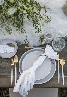 White and gold wedding inspiration for a winter wedding. Table Setting Inspiration, Winter Wedding Inspiration, Wedding Place Settings, Beautiful Table Settings, Rustic White, Gold Wedding, Dream Wedding, Art Deco, Decoration Table