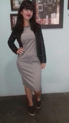 Vestido midi pied de poule + jaqueta de couro + tênis. Morrendo de amores por esse vestido ❤