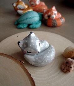 """Totem de poche """"Mon renardeau gris"""" oMamaWolf figurine en porcelaine froide"""
