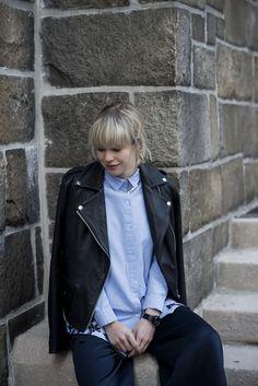 Голубая рубашка, байкерская куртка. Blue shirt, biker leather jacket.