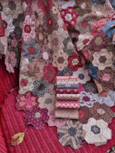 Atelier Bep: after Veldhoven. Heksjesquilt - I love the vintage effect achieved by the choice of colours.