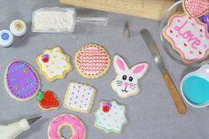 Essayez notre recette de base pour des biscuits au sucre qui gardent leur forme et un glaçage royal qui durcit bien, pour les décorer facilement.