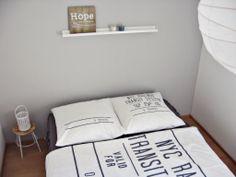 Schlafzimmer grau, weiß, Holz