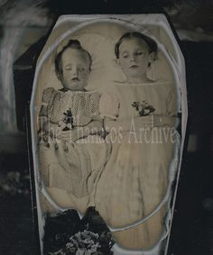 Siblings in one coffin Antique Photos, Vintage Photographs, Old Photos, Vintage Photos, Memento Mori Photography, Post Mortem Pictures, Weird But True, Post Mortem Photography, Momento Mori