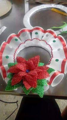 La creatividad no tiene limites, y en esa ocasión les presentamos este trabajo donde se realizan una corona navideña con vasos de platico, ...