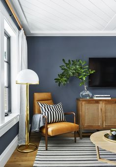 Choosing the perfect family room paint colors can seem like a daunting task. Here are eight gorgeous rooms to help you find the family room paint colors you'll love most. Living Room Interior, Home Living Room, Living Room Designs, Living Room Decor, Apartment Living, Living Room Wall Colours, Living Room Paint Design, Dark Blue Living Room, Apartment Therapy