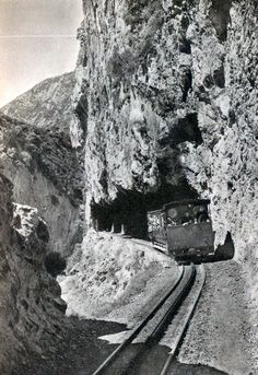 Το τραίνο στο Διακοφτό, 1930 Edna St Vincent Millay, Greece History, Old Trains, Athens, Old Photos, Mount Rushmore, The Past, Greek, Black And White