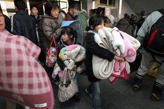 17. At 9pm, an evacuation order is issued to persons within a radius of 3 kilometres (1.9 mi). Those within a radius of 10 kilometres (6.2 mi) are told that they can remain in their homes. / A las 21 h., se ordena la evacuación en un radio de 3 km de Fukushima I (2.000 personas). Se pide a los ciudadanos en un radio de 10 km que permanezcan en sus casas.