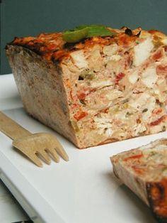 terrine poulet basquaise Ingrédients (4/5 personnes) 500 g d'escalopes de poulet 800 g de tomates bien mûres 1 poivron rouge 1 poivron vert 2 gousses d'ail 1 oignon 1 c. à soupe de basilic haché 1 c. à soupe de thym 6 œufs 50 g de parmesan râpé 10 g de beurre 3 c. à soupe d'huile d'olive Sel et poivre