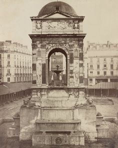 Marché et fontaine des Innocents. Paris Ier. Circa 1858. Auteur : Charles Marville (1813-1879) Support : tirage sur papier albuminé, 40 x 50 cm Collection : LOC, Washington D.C. L'architecte Quatremère de Quincy (1755-1849) intervint pour que la fontaine due à Jean Goujon (c. 1510-1572) soit sauvée.