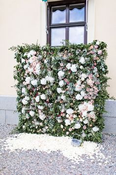 Flower wall wedding backdrops will be in trend in summer. Here are great examples of such backdrops and ideas to rock them. Flower Wall Backdrop, Floral Backdrop, Wedding Centerpieces, Wedding Bouquets, Wedding Decorations, Flower Wall Wedding, Wedding Flowers, Wedding Greenery, 2015 Wedding Trends
