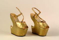 Heel less shoes de Carmem Miranda http://www.museusdoestado.rj.gov.br/sisgam/arquivos/MCM/fotos/000195.jpg