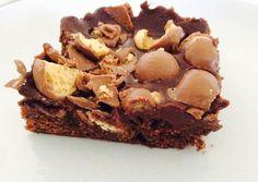 Uma confeção muito simples que resulta nestes brownies bem húmidos no interior e crocantes por cima