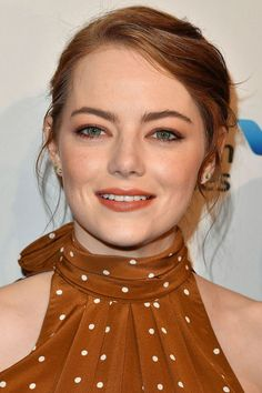 Emma Stone's make-up artist, Rachel Goodwin, talks to Vogue about creating the actress's beauty looks for her La La Land promotional tour Emma Stone Makeup, Emma Stone Hair, Ema Stone, Elegant Sophisticated, Female Actresses, Ginger Hair, Celebs, Celebrities, Powerful Women