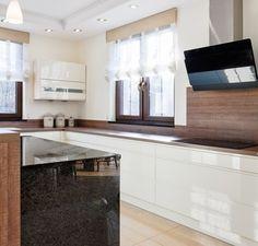 armoires blanches sans poignées et plan de travail cuisine en bois et pierre noire
