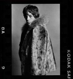 Mick Jagger, Keith Richards e Charlie Watts nos anos 1960. Sob essa premissa, a mostra fotográfica The Stones and their Scene acontecerá de 13 de junho a 28 de julho na galeria Proud Chelsea, em Londres, na Inglaterra...