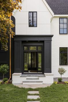 It is difficult to imagine a more beautiful facade for a country home than this black and white house in Minnesota. The architecture is designed in Tudor ✌Pufikhomes - source of home inspiration Exterior Colors, Exterior Paint, Exterior Design, Interior And Exterior, Modern Country, Modern Farmhouse, Tudor House, Style At Home, Decoration Facade