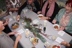 lustige Frauen bei einer Weihnachtsfeier mit Workshop