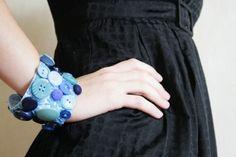 Los brazaletes son una buena opción para utilizar en el día a día, ya que son bonitos y cómodos. Por eso aca le traemos para que puedan hacerlo en casa y para que puedan divertirse un buen momento haciendo esta manualidad con amigas. Sigue leyendo esta manualidad para aprender Como hacer un brazalete con botones.  http://www.todomanualidades.net/2015/06/como-hacer-un-brazalete-con-botones/