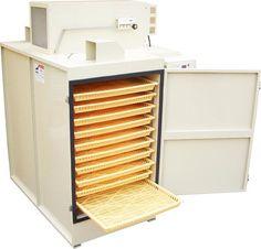 小型化に成功した本格的な乾燥機。 1kg~20kg程度の食品乾燥に最適です。キノコ類、野菜、ドライフルーツ、海産物、葉物などの様々な食材を乾燥することが可能です。素材を粉末化するための前処理としてもご活用頂けます。家庭用100Vコンセントでご使用頂けるタイプもございます。