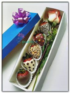 58 Ideas for chocolate covered strawberries ideas gift - Chocolate 🍫 Valentines Bricolage, Valentines Diy, Chocolate Dipped Strawberries, Chocolate Covered Strawberries, Strawberry With Chocolate, Fresas Chocolate, Diy Bouquet, Candy Bouquet, Boquet