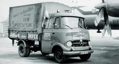 1955-1994 Mercedes-Benz Transporter > L319 > Bereits im September 1956 wurde im Werk Sindelfingen die Produktion des L 319 als Kasten-, Pritschenwagen und Kipper aufgenommen. Im Werk Mannheim ging die Kleinbus-Variante als Typ O 319 in Serie. Der mit Serienanlauf 1956 eingebaute Vierzylinder-Dieselmotor leistete 32 kW (43 PS).