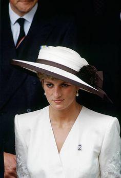2,394 Princess Diana White Photos and Premium High Res Pictures Princess Diana Images, Princess Diana Family, Princess Of Wales, Prince Harry Diana, Princess Diana Memorial Fountain, Kate Capshaw, Kate Middleton Wedding Dress, Wedding Carriage, Victory Parade