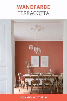 Die Terrakotta Wandfarbe ist zurück! Aber keine Panik – Terrakotta Fliesen, skurrile Wischtechniken und ulkige Tonfiguren sehen wir so schnell nicht wieder. Modern, Sweet Home, Dining Table, Living Room, Interior, Furniture, Home Decor, Condo Design, Terracotta