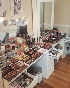 Makeup Room Setup Ikea Vanity Ideas For 2019 Makeup Vanities, Clear Makeup Organizer, Makeup Organization, Skin Makeup, Makeup Brushes, Love Makeup, Beauty Makeup, Makeup Sets, Rangement Makeup
