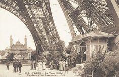 La Tour Eiffel, entrée d'un ascenseur.